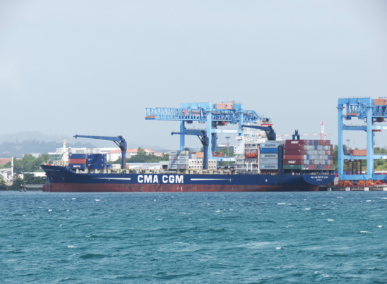 "Le porte-conteneurs ""CMA CGM Fort-Saint-Louis"" en opération à Fort-de-France © B. T."